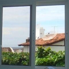 janela-de-correr-com-persiana-recolhivel